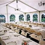 Partytält med stolar och bord